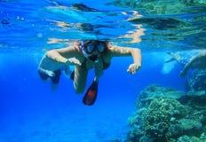 Mulher que snorkeling no Mar Vermelho Fotografia de Stock