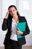 Mulher que sofre da doença ou da dor de cabeça que guardam sua cabeça Fotografia de Stock