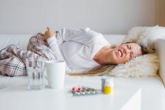 Mulher que sofre da dor abdominal imagens de stock royalty free