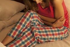 Mulher que sofre da dor abdominal Fotografia de Stock Royalty Free