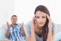 Mulher que sofre da dor de cabeça quando argumentação do homem foto de stock royalty free