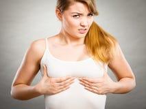 Mulher que sofre da dor do peito Fotos de Stock Royalty Free
