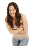 Mulher que sofre da dor severa em sua barriga Foto de Stock Royalty Free