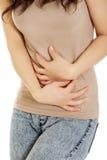 Mulher que sofre da dor severa em sua barriga Imagens de Stock