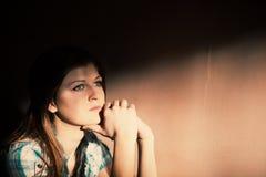 Mulher que sofre de uma depressão severa Imagens de Stock Royalty Free