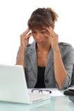 Mulher que sofre de uma dor de cabeça Imagem de Stock Royalty Free