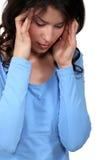 Mulher que sofre de uma dor de cabeça Fotografia de Stock