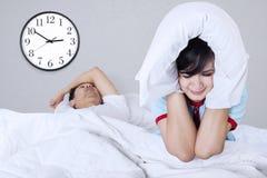 Mulher que sofre em uma cama Fotografia de Stock Royalty Free