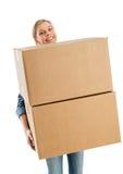 Mulher que sorri ao levar caixas de cartão empilhadas imagem de stock royalty free