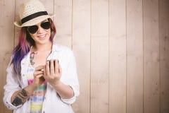 Mulher que sorri ao usar o telefone celular fotografia de stock royalty free