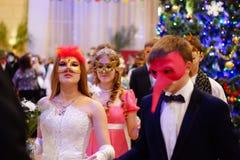 Mulher que sorri com máscara do carnaval fotografia de stock royalty free