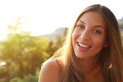 Mulher que sorri com sorriso perfeito e pensamento e lo brancos dos dentes fotos de stock royalty free