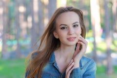Mulher que sorri com sorriso perfeito em um parque e que olha a câmera foto de stock royalty free