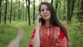 Mulher que sorri e que fala no telefone celular filme
