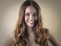 Mulher que sorri extensamente foto de stock
