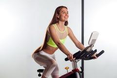 Mulher que sorri na bicicleta imagens de stock