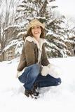 Mulher que sorri na neve. fotografia de stock royalty free