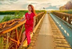 Mulher que sorri na ponte antiga imagem de stock royalty free