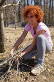 Mulher que spring cleaning o pomar Imagens de Stock