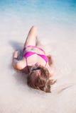 Mulher que Sunbathing na praia Foto de Stock