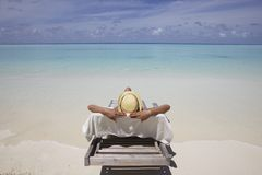 Mulher que Sunbathing na praia Imagem de Stock Royalty Free