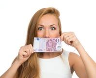 Mulher que sustenta o dinheiro do dinheiro cinco cem euro em uma nota em han Imagens de Stock Royalty Free