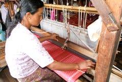 Mulher que tece um tapete com um tear no lago Inle em Myanmar Imagens de Stock Royalty Free