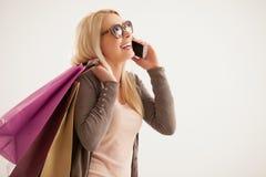 Mulher que telefona ao comprar Foto de Stock Royalty Free