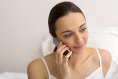 Mulher que telefona no quarto branco Fotos de Stock