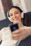 Mulher que telefona no quarto branco Imagens de Stock Royalty Free