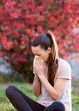 Mulher que tem a alergia do pólen imagens de stock royalty free