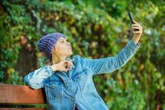 Mulher que tem a conversação móvel Uma comunicação móvel e redes sociais Amigo da chamada da menina Toque da estada com moderno fotos de stock