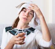 Mulher que tem a dor de cabeça dentro Fotografia de Stock Royalty Free