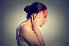 Mulher que tem a dor de cabeça Fotos de Stock Royalty Free