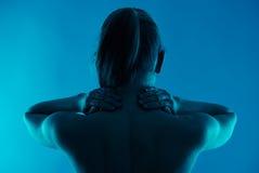 Mulher que tem a dor de pescoço imagens de stock royalty free
