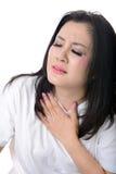 Mulher que tem a dor no peito, isolada no branco Imagem de Stock