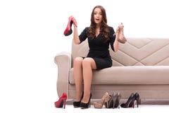 A mulher que tem a escolha difícil entre sapatas fotografia de stock royalty free