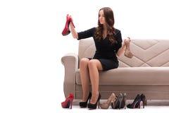 A mulher que tem a escolha difícil entre sapatas foto de stock royalty free
