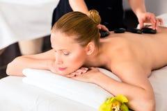 Mulher que tem a massagem de pedra quente dos termas do bem-estar Imagens de Stock Royalty Free