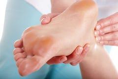 Mulher que tem a massagem do pé Fotografia de Stock