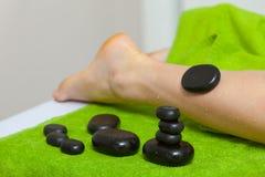 Mulher que tem a massagem dos pés com pedras quentes Foto de Stock Royalty Free