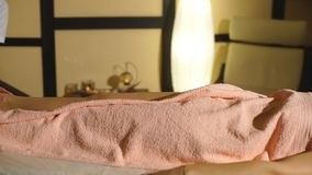 Mulher que tem a massagem terapêutica profissional dos pés filme