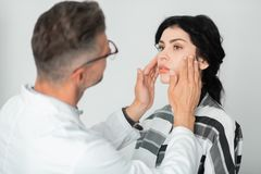 Mulher que tem medidas e exame da cara antes da cirurgia foto de stock