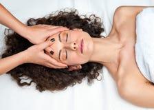 Mulher que tem o ajuste do pescoço do cyropractick foto de stock royalty free