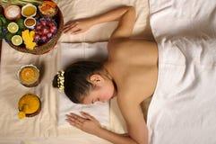 Mulher que tem o cuidado de pele erval Foto de Stock Royalty Free