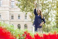 Mulher que tem o divertimento Fotos de Stock Royalty Free