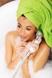 Mulher que tem o divertimento com showerhead Foto de Stock