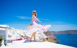 Mulher que tem o divertimento em Santorini imagens de stock royalty free