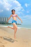 Mulher que tem o divertimento na praia Fotografia de Stock