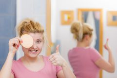 Mulher que tem o gel da lavagem na cara que guarda a esponja imagem de stock
